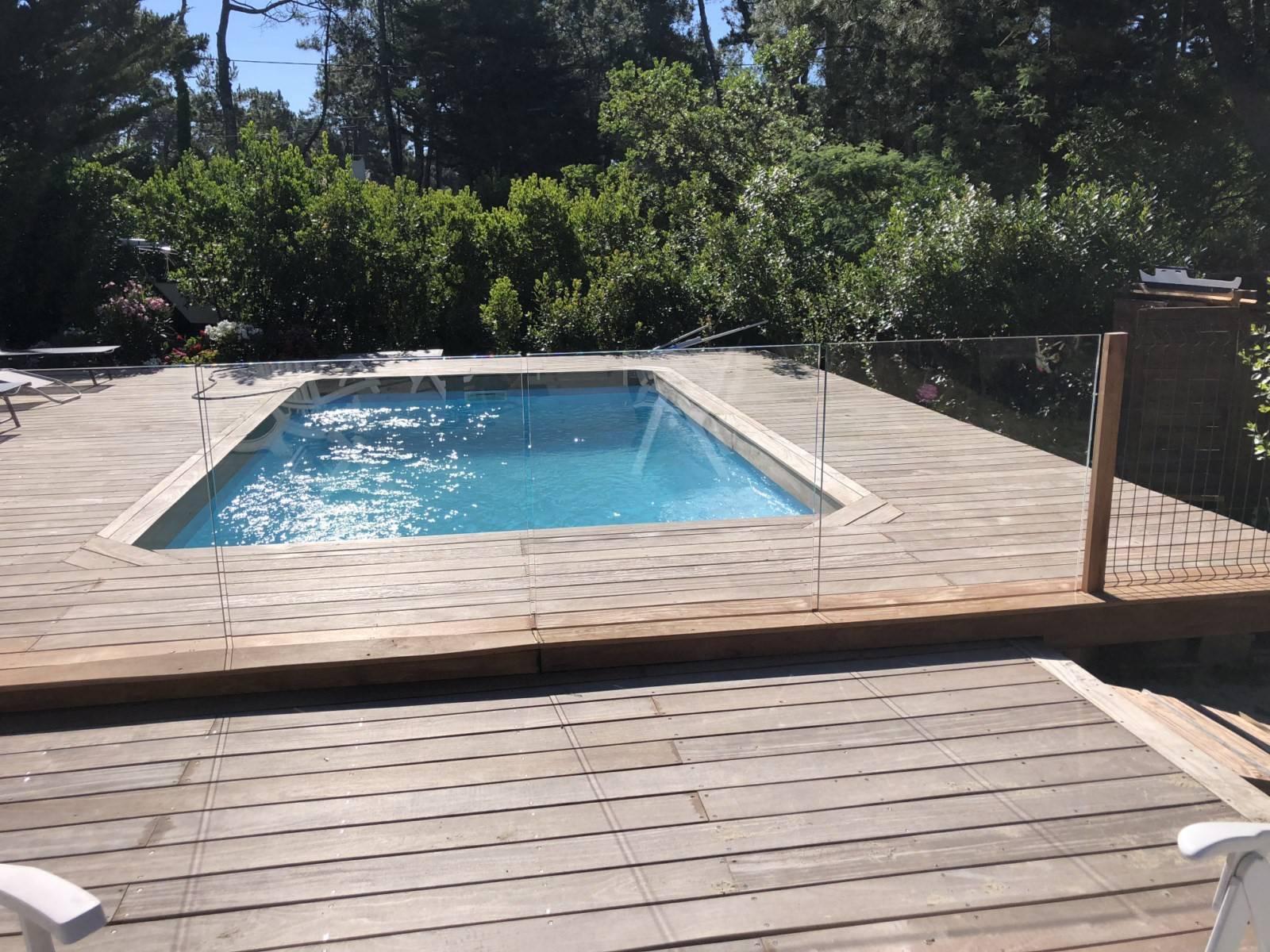 Piscine Bois Avec Terrasse création d'abords de piscine avec une terrasse en bois sur